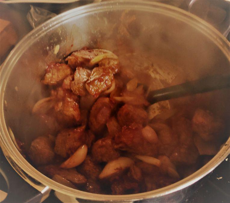 Das beste Gulasch - Tomatenmark und zwiebeln hinzugeben